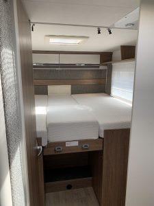 Autocaravana-5-plazas-camas-y-armarios
